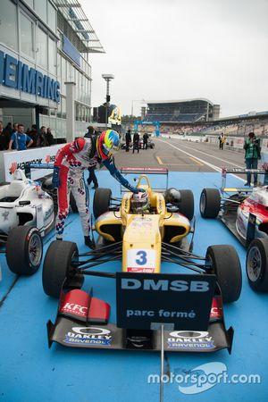 1. Yarış ikincisi Jake Dennis, Prema PowerTeam Dallara Mercedes-Benz ve kazanan Antonio Giovinazzi,
