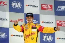 2. Yarış kazananı Antonio Giovinazzi, Jagonya Ayam ile Carlin Dallara Volkswagen