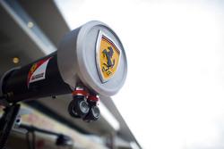 Logo y equipo del pit de Ferrari