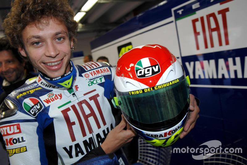 Valentino Rossi con un casco especial