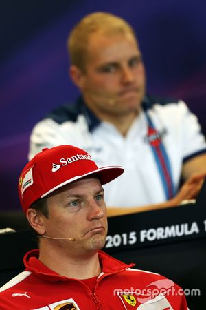 Kimi Räikkönen, Ferrari, und Valtteri Bottas, Williams, in der FIA-PK