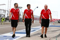 (L to R): Marc Hynes, 马诺车手教练,格雷米•洛登(马诺CEO),约翰•布斯(马诺领队)