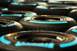Islak Pirelli lastikleri