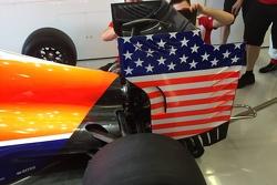 Barras y estrellas en la parte posterior del alerón del auto de Alexander Rossi