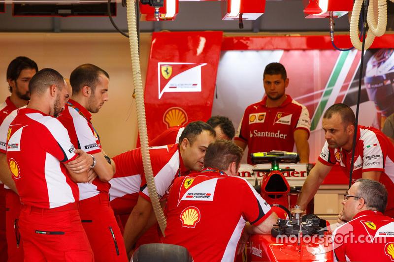 Ferrari mecánicos en pits