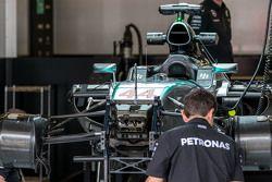 Lewis Hamilton'ın Mercedes AMG F1 W06'sı pitte hazırlanıyor