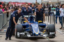 Felipe Nasr'ın Sauber C34'ü mekanikerler tarafından pit alanında itiliyor