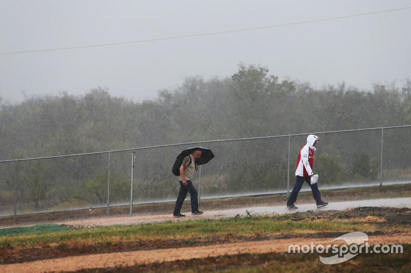 المشجعون تحت المطر
