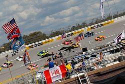 Jeff Gordon, Hendrick Motorsports Chevrolt y Kyle Larson, Chip Ganassi Racing Chevrolet y Brad Kesel