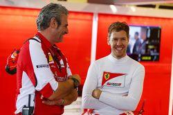 Maurizio Arrivabene, director del equipo Ferrari con Sebastian Vettel, Ferrari