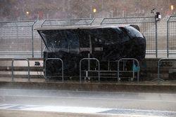 Mercedes AMG F1 pit duvarı kum fırtınasından korunmaya çalışıyor