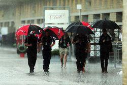Les parapluies sont de sortie sous la pluie dans le paddock