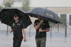 Andy Stobart, Lotus F1 Team, Pressesprecher, mit Matthew Carter, Lotus F1 Team, Geschäftsführer