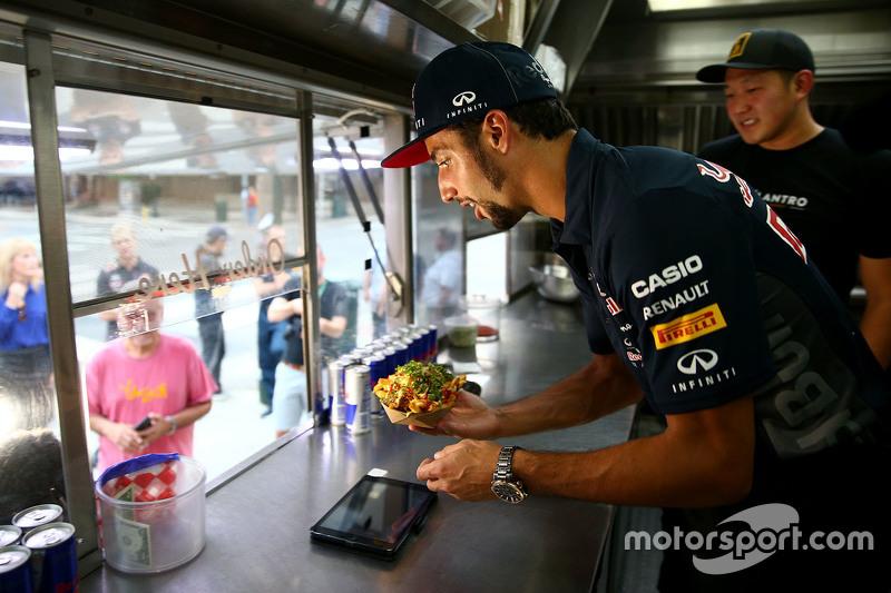 Daniel Ricciardo, Red Bull Racing works a food truck in Austin