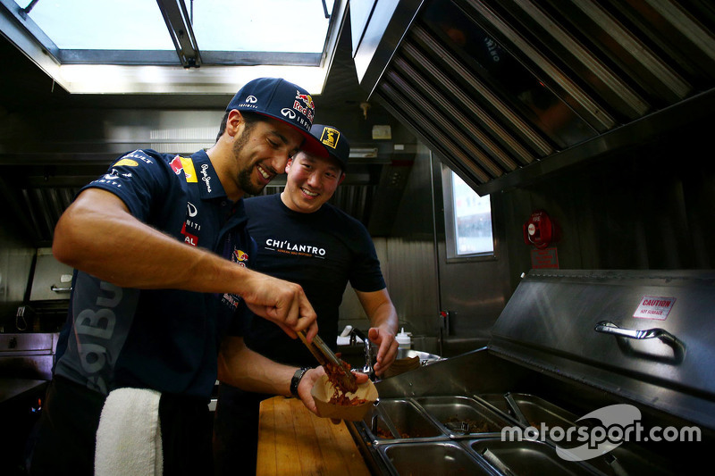 Daniel Ricciardo, Red Bull Racing works a food truck in Austin
