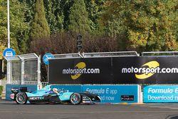 Oliver Turvey, NEXTEV TCR Formula E Team devant des publicités Motorsport.com