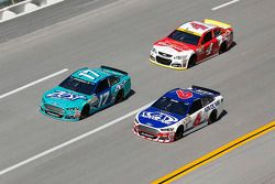 Ricky Stenhouse Jr. y Trevor Bayne, Roush Fenway Racing Fords y Kevin Harvick, Stewart-Haas Racing C