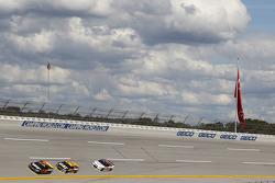 Martrin Truex Jr., Furniture Row Racing Chevrolet; Ryan Newman und Austin Dillon, Richard Childress