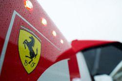 La lluvia cae sobre un logotipo de Ferrari