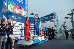 Podium : le vainqueur Sébastien Buemi, Renault e.Dams, le deuxième Lucas di Grassi, ABT Schaeffler Audi Sport, et le troisième Nick Heidfeld, Mahindra Racing