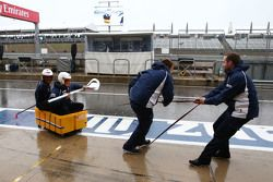 Williams mekanik melatih keahilan boating mereka di dalam pit lane yang basah