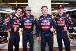 (Da esquerda para direita): Carlos Sainz Jr., Scuderia Toro Rosso ao lado do pau Carlos Sainz, Jos Verstappen e o filho Max Verstappen, Scuderia Toro Rosso