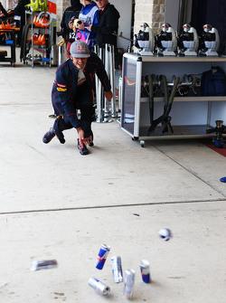 Carlos Sainz Jr., Scuderia Toro Rosso practices bowling in the pits