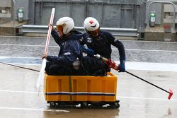 Mecânicos da Sauber F1 Team se divertem no pitlane