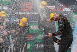 Para juara balapan Shane van Gisbergen, Jonathon Webb, Tekno Autosports Holden celebrate