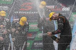 1. Shane van Gisbergen und Jonathon Webb, Tekno Autosports, Holden, beim Feiern