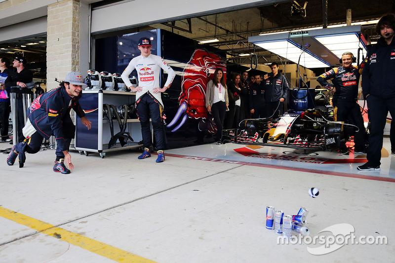 Carlos Sainz Jr., Scuderia Toro Rosso and Max Verstappen, Scuderia Toro Rosso practice their bowling in the pits