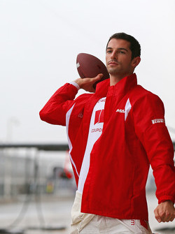 Alexander Rossi, Manor Marussia F1 Team plays American Football in the pits