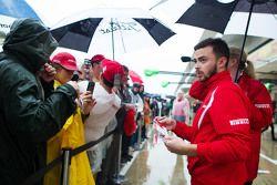 Will Stevens, Manor Marussia F1 Takımı hayranları için imza dağıtıyor