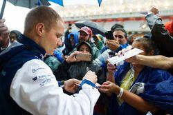 Valtteri Bottas, Williams signe des autographes pour les fans