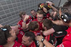 Ganador, Jack Perkins, Holden Racing Team celebra con su equipo