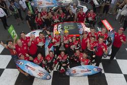 Ganadores, James Courtney y Jack Perkins, Holden Racing Team con los ganadores de la Pirtek Endure C
