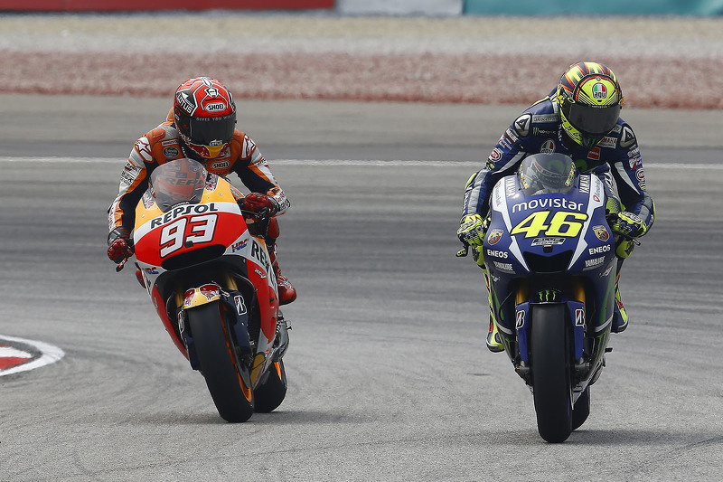 """Valentino Rossi X Marc Marquez: O """"Doutor"""" já havia se estabelecido como um dos maiores da motovelocidade (se não o maior) e teve que se deparar a partir de 2013 com um novo e forte concorrente da Honda. Desde então, Márquez só não conseguiu o título de 2015..."""