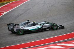 Nico Rosberg, Mercedes et Lewis Hamilton, Mercedes se touchent au premier virage