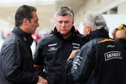 Карлос Слим Домит, America Movil и Отмар Сафнауэр, операционный директор Sahara Force India F1 и доктор Виджей Малья, владелец команды Sahara Force India F1