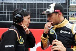 Аяу Коматсу, гоночный инженер Lotus F1 Team и Пастор Мальдонадо, Lotus F1 Team на стартовой решетке
