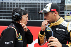 Ayao Komatsu, Lotus F1 Team ingeniero de carrera con Pastor Maldonado, Lotus F1 Team en la parrilla