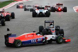 Fernando Alonso, McLaren MP4-30 en tête-à-queue au départ et évité par Will Stevens, Manor Marussia F1 Team