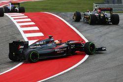 Fernando Alonso, McLaren MP4-30 repart après un tête-à-queue
