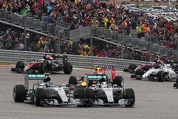 Нико Росберг, Mercedes AMG F1 W06 и Льюис Хэмилтон, Mercedes AMG F1 W06 борьба за позицию на старте