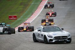 Нико Росберг, Mercedes AMG F1 W06 едет за машиной безопасности