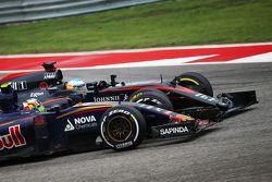Carlos Sainz Jr., Scuderia Toro Rosso STR10 et Fernando Alonso, McLaren MP4-30 en lutte pour une position