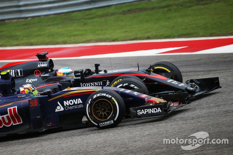 Carlos Sainz Jr., Scuderia Toro Rosso STR10 y Fernando Alonso, McLaren MP4-30 luchan por la posición