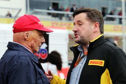 Niki Lauda, Directeur non-exécutif Mercedes avec Paul Hembery, Directeur de Pirelli Motorsport