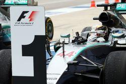 1. und Weltmeister 2015: Lewis Hamilton, Mercedes AMG F1 W06, feiert im Parc Fermé