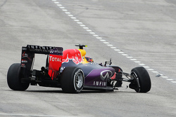 Daniil Kvyat, Red Bull Racing RB11 s'accidente lors de la course